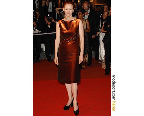 Jil Sander pas rengi kolsuz saten elbiseyle Cannes'da