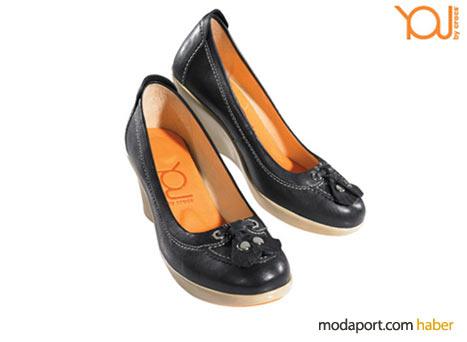 Bu püsküllü ayakkabı modeli, Crocs olduğunu belli etmiyor