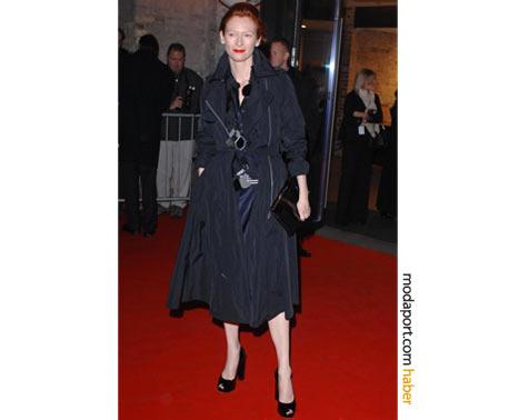 Fermuarlı Lanvin trençkot ve yüksek topuklu ayakkabılarıyla 2008 İngiliz Bağımsız Film Ödülleri'nde