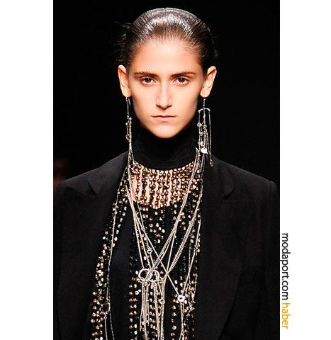 Ann Demeulemeester, bu zincir takı modeliyle metalik bir kargaşa yaratmış