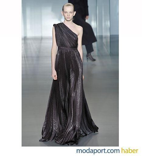 Calvin Klein'in siyah pileli abiye gece elbisesi, tek omuzu sarıyor