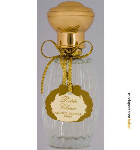 Annick Goutal'ın beğenilen parfümü Petite Cherie, Harvey Nichols'ın bir numarası.. Meyvemsi, çiçeksi parfümde, vanilya, şeftali, gül ve taze kesilmiş çimen kokuları, saflık ve cesareti birleştiriyor. Bu parfümde, naif ve kararlı çocuk-kadınlar dan ilham alınmış.