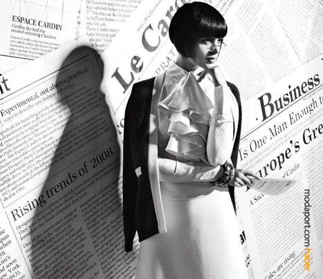 Pierre Cardin'in beyaz etek bluzlü kombinasyonu, işyeri için ideal