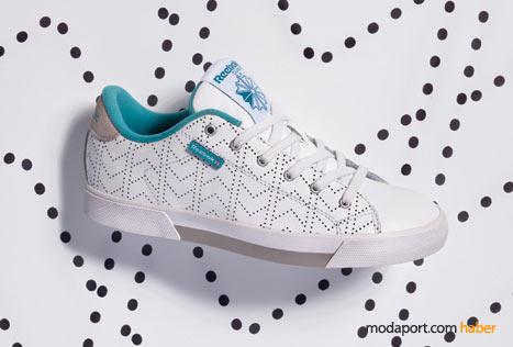 Noktalı çizgilerle desenlendirilmiş spor ayakkabının iç astarı mavi