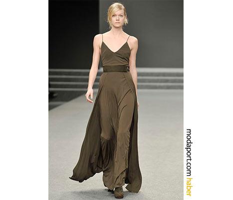 Akris'in uzun gece elbisesi, kahverenginin sadeliğini dikkat çekici hale getiriyor