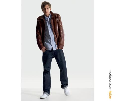 Koyu renk bol kot pantolon, kahverengi deri ceketle çok uyumlu