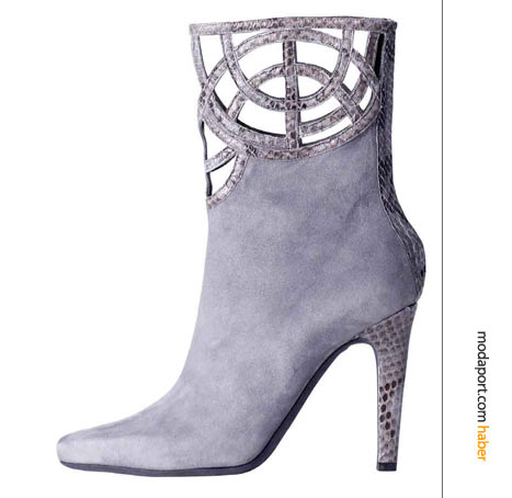 Malanrino'nun süet botu, topuk ve bileklerde yılın modası yılan derisiyle farklılaşmış