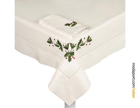Beyaz koton masa örtüsü ve peçete, ökseotu işlemesi ve biyeyle süslenmiş. 4 peçete var.