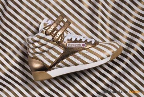 Altın rengi çizgili spor ayakkabı, Reebok'ın ilginç bir modeli