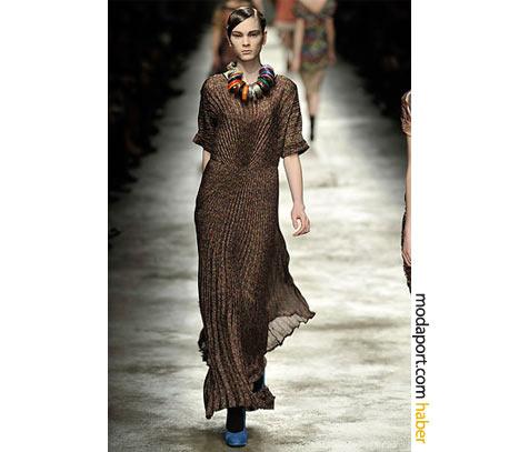 Dries Van Noten'ın kahverengi gece elbisesi, pile modasına göz kırpıyor