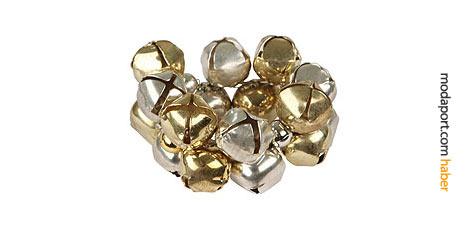 Metal peçete halkası, altın ve gümüş rengi zillerden oluşuyor.