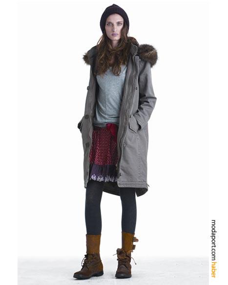 DKNY Jeans'in sonbahar-kış koleksiyonundan renkli etek, bot, kaban ve muz çorapla oluşturulmuş bir kombinasyonraplarla