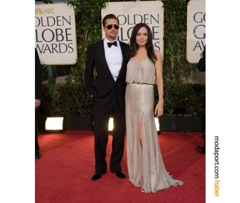 Brad Pitt, Tom Ford smokin giymiş. Gece kıyafetlerinde daima sadeliği tercih eden Angelina Jolie, Atelier Versace'den kemerli ve askılı düz renk bir gece elbisesi giymiş.