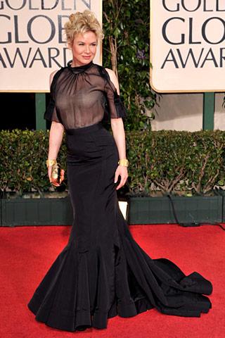 Renée Zellweger, yarı transparan Carolina Herrera siyah tuvaletini, Verdura altın takılarla ve dore el çantasıyla tamamlamış.