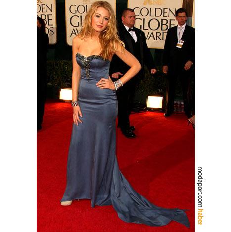 Blake Lively, mavi renkli straplez gece elbisesini Nina Ricci'den seçmiş. Takılar ise Fred Leighton imzası taşıyor.