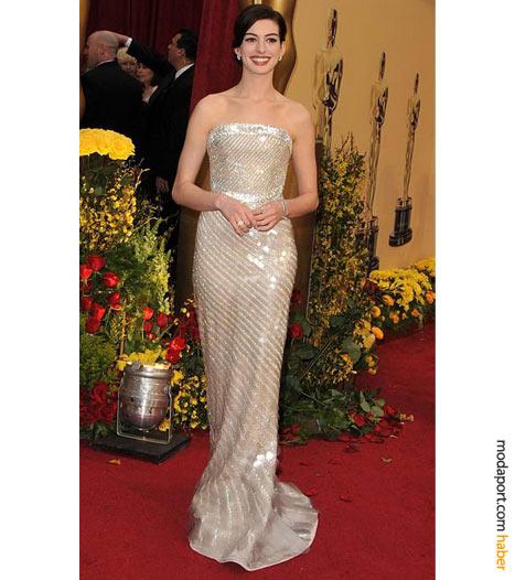 Privé abiye elbisesi, Cartier mücevherler ve Cassadei ayakkabı ile Anne Hathaway