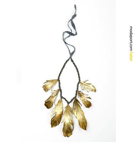 Kızılderili esintileri taşıyan bu kolye modelinde, tasarımcı gerçek kuğu tüylerini altın suyuna sokmuş.