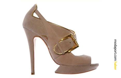 Altın rengi toka ve altın biyeyle süslü bu krem rengi topuklu ayakkabı, Nicholas Kirkwood'un ünlü platform taban tasarımına sahip