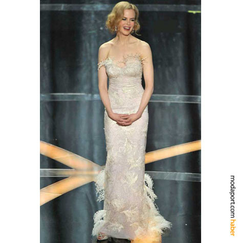 Nicole Kidman, dantel ve tüylü L'Wren Scott tuvaleti ve L'Wren Scott ayakkabılarıyla