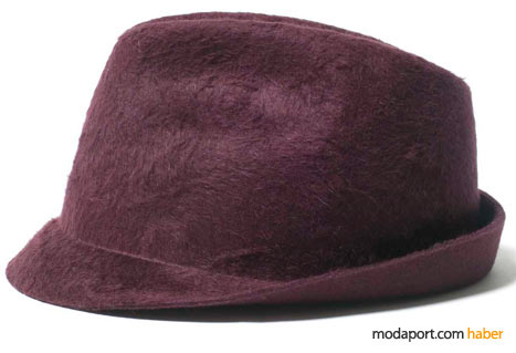 Costume National'ın kendine özgü şapkaları artık çok popüler. Bu more yünlü şapka, neden bir takım elbisenin üzerine giyilmesin?