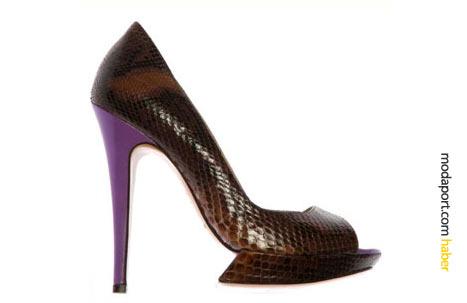 Mor ince topuklu yılan derisi ayakkabının topuğu, muazzam yükseklikte.
