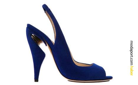 Lacivert abiye ayakkabı, Kirkwood'un ilkbahar sezonunda sıkça kullandığı girintili topuk modeline sahip