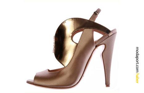 Gösterişli formuyla önce çıkan bej ve dore ayakkabı