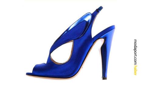 Nicholas Kirkwood orimiye merak duyuyor. Bu koyu mavi ayakkabı modelinde görüldüğü gibi.