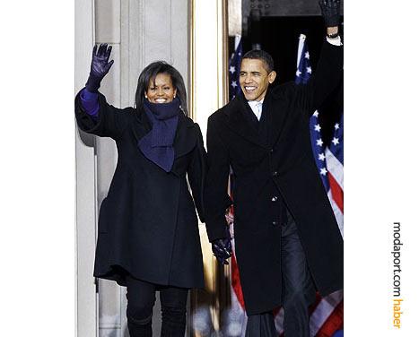 Yemin töreni öncesindeki geleneksel Washington tren yolcuğunda, Mİchelle Obama'nın giyim tercihi geniş yakalı siyah manto ve mor renkte atkıyla eldiven oldu.