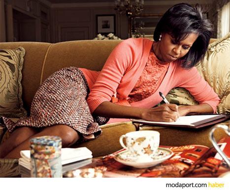 Michelle Obama'nın bu fotoğrafta giydiği somon rengi hırka, bluz ve tüvit etek J.Crew'dan