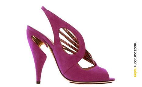Kirkwood, bu girintili topuklu pembe ayakkabı modelinde de yılan derisi detayı kullanmış