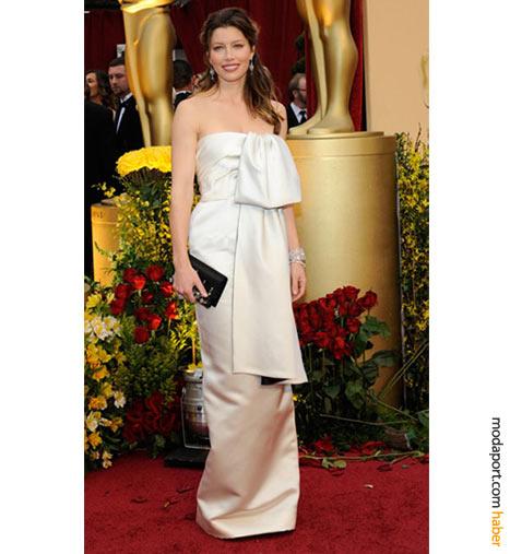 Jessica Biel, Prada düşes saten tuvaleti, Louis Vuitton mücevherler ve mücevherli siyah Prada el çantası ile