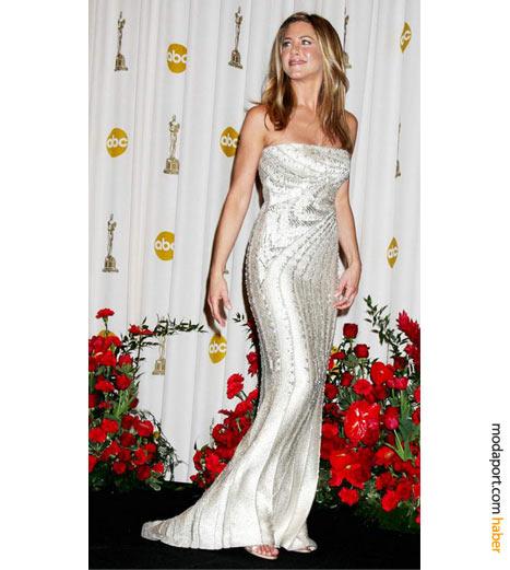 Jennifer Aniston, Valentino Couture straplez abiye elbise, Bulgari mücevherler, Jimmy Choo gece ayakkabısıyla