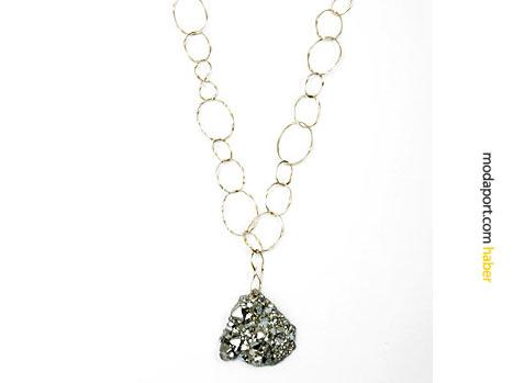 Aurelie Bidermann, taşlara büyük ilgi duyuyor. Bu zincir kolyede kristal kullanmış.
