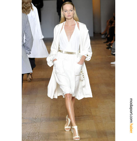 Askılı beyaz yazlık elbise, beyaz kumaş trençkotla tamamlanmış..