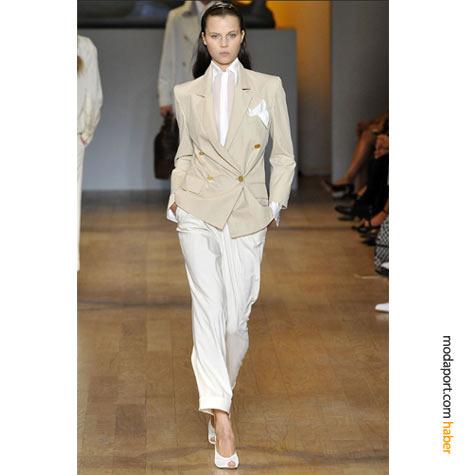 """Kum rengi blazer ceket ve beyaz yazlık pantolon, Tommy Hilfiger 2009 yaz koleksiyonunun 80'lere özgü """"cool"""" takımlarından.."""