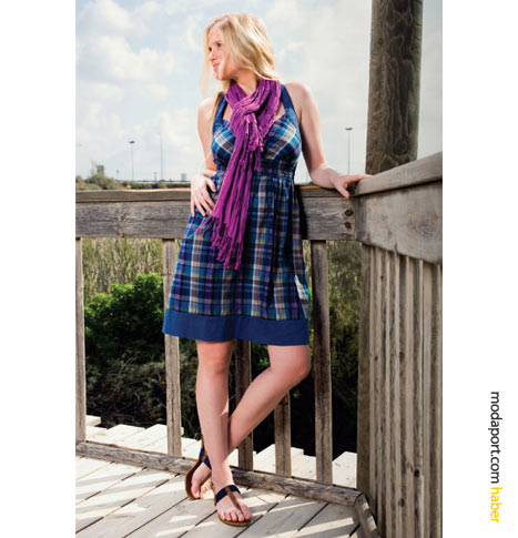 FTS64'ün ekose desenli bu yazlık elbisesi, retro esintiler taşıyor