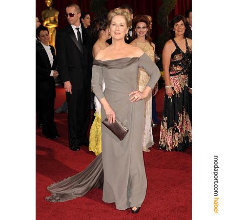 Meryl Streep, Alberta Ferretti abiye elbise, Fred Leighton mücevherler ve Salvatore Ferragamo el çantasıyla