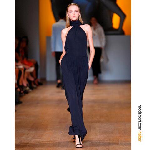 Tommy Hilfiger'ın yaz koleksiyonlarının değişmezlerinden lacivert sade gece elbisesi