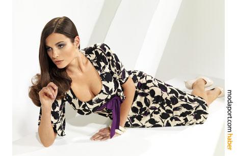Jpurney'in büyük desenli yazlık elbisesi, göğüs altında kurdeleyle renklendirilmiş