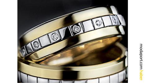 Sarı altından alyans üzerine, beyaz altın hat çeken Assos tasarımcıları, bayan yüzükte bir tur pırlanta kullanmış