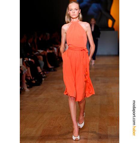 Tommy Hilfiger, bu yazlık kokteyl elbisesindeki gibi turuncunun tonlarını bolca kullanmış..