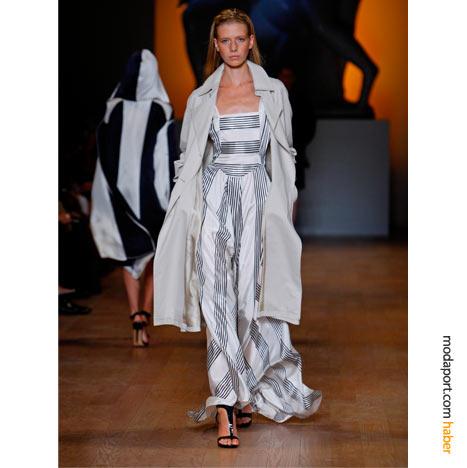 Çizgili gece elbisesi, Hilfiger haute couture koleksiyonunun değişmezi trençkotla tamamlanmış yine