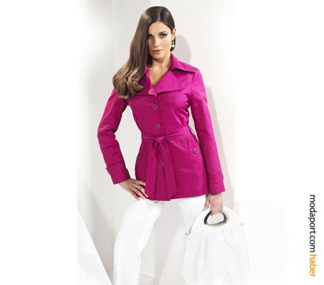 Canlı pembe renkte kemerli Journey ceket, beyaz pantolonla birlikte şık bir bahar kıyafeti oluşturuyor