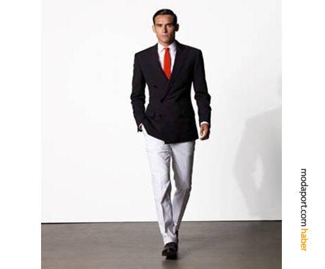 Beyaz pantolon üzerine koyu bir ceket giyilerek sofistike bir yazlık stil oluşturulabilir