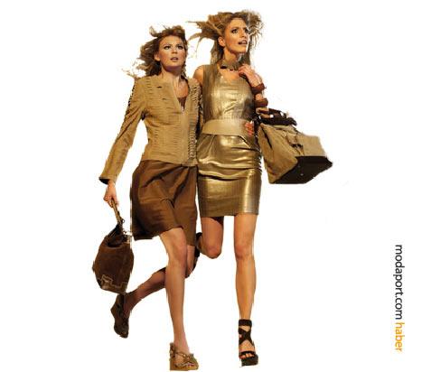 Altın ve bakır tonlarında parlak elbise ve etek, Desa'nın yaz favorisi süet çantalar, yüksek tabanlı ayakkabılar ve deri ceketle tamamlanmış.