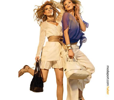 Pamuklu kumaş ve ketenden yazlık pantolon, şort ve bluzler, şifon ve kemerlerle kadınsı bir havaya bürünmüüğ. Sandaletler ve iri deri çantalar, DESA yaz koleksiyonun tamamlayıcıları.