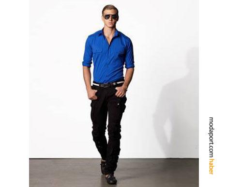 Canlı renk mavi gömlek ve siyah kot pantolonlu bir yazlık kombinasyon
