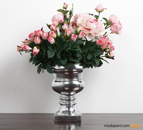 Mudo'da anneler günü için hazırlanan yapma çiçeklerden bir gül aranjmanı