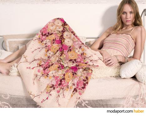 Bu bahar gibi çiçekli yazlık elbise, Mudo'nun anneler için şık alternatiflerinden..